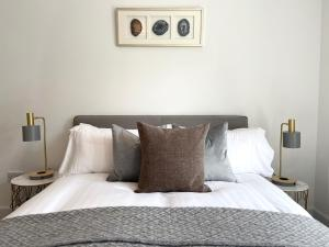 A bed or beds in a room at High Street Luxury City Centre Apartment, 2 Bed