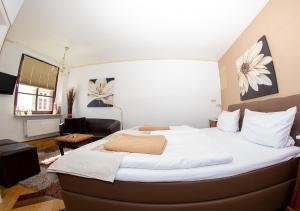 Ein Bett oder Betten in einem Zimmer der Unterkunft Hotel Restaurant Zum Burggraf