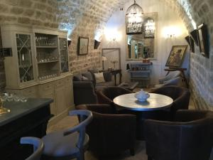 A restaurant or other place to eat at La Bastide du Tinal