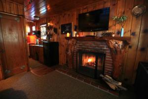 Телевизор и/или развлекательный центр в Sleepy Hollow Cabins & Hotel