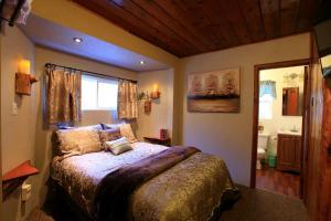 Кровать или кровати в номере Sleepy Hollow Cabins & Hotel