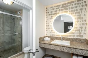 A bathroom at Ocean Park Inn