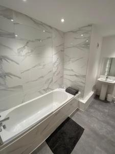 A bathroom at High Street, Luxury City Centre Apartment, 3 Bed