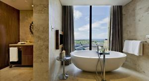 A bathroom at Oubaai Hotel Golf & Spa