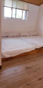 A bed or beds in a room at Hakka Eco-farm 雅歌園民宿