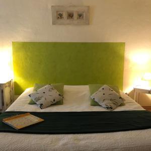Un ou plusieurs lits dans un hébergement de l'établissement l'Oustaou B&B Piscine & Spa