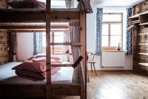 Ein Etagenbett oder Etagenbetten in einem Zimmer der Unterkunft Gasthof Fallmühle