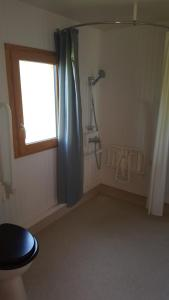 A bathroom at Camping de l'hippodrome