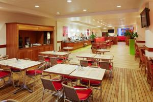 A restaurant or other place to eat at ibis Reading Centre (new ibis rooms)