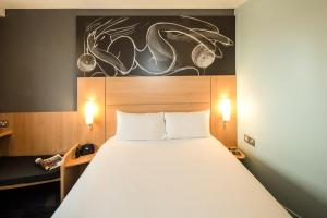 A bed or beds in a room at ibis Reading Centre (new ibis rooms)