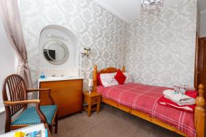 A bed or beds in a room at Castle Walk Bed & Breakfast