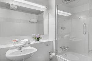 A bathroom at Harbour Hotel