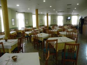 A restaurant or other place to eat at Hostal Las Fuentes