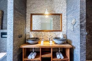 Um banheiro em 270° Ocean View Mansion in Pietermaai District - Private Pool & Beach