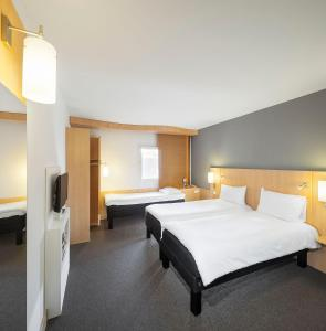 Een bed of bedden in een kamer bij Ibis Praha Old Town