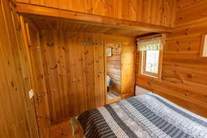 Una cama o camas en una habitación de Sunndalsfjord Cottages Fredsvik