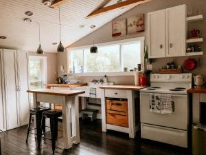 A kitchen or kitchenette at Over The Way Cottage