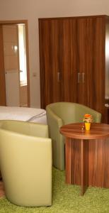 Ein Sitzbereich in der Unterkunft Hotel Laux