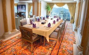 مطعم أو مكان آخر لتناول الطعام في فندق دار التوحيد إنتركونتينتال