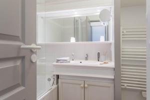 A bathroom at Village Pierre & Vacances Pont Royal en Provence
