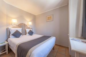 A bed or beds in a room at Village Pierre & Vacances Pont Royal en Provence