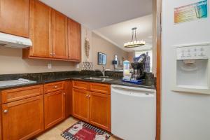 A kitchen or kitchenette at Indigo E