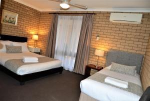 A bed or beds in a room at Albury Allawa Motor Inn