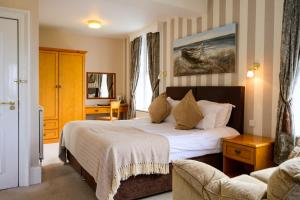 A bed or beds in a room at The White House Inn - Whitby