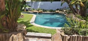 Vue sur la piscine de l'établissement Be My Guest Lodge ou sur une piscine à proximité