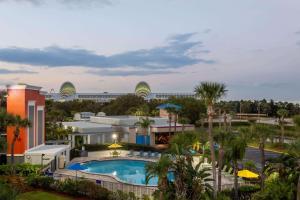 Uma vista da piscina em Days Inn by Wyndham Orlando Conv. Center/International Dr ou nos arredores