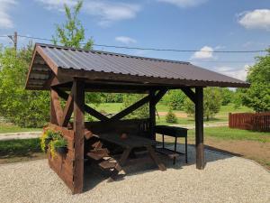 Puhkepargi külastajatele saadaval grillimisvõimalused
