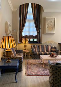 A seating area at Hotel Villa Malpensa