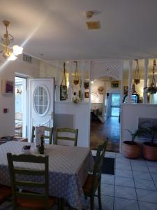 A restaurant or other place to eat at The Rose Garden Bed & Breakfast and Cafe