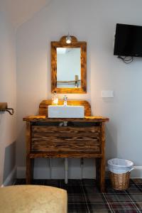 A bathroom at Whitebridge Hotel