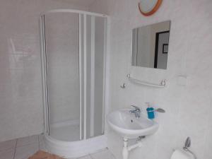 A bathroom at Penzion Kovářská