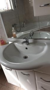 A bathroom at Sewdien's Apartment Beverwaard