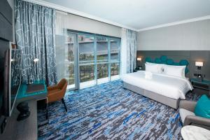 A bed or beds in a room at Edge Creekside Hotel