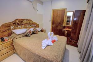 Uma cama ou camas num quarto em King Solomon Hotel
