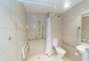 A bathroom at Brydone Hotel Oamaru