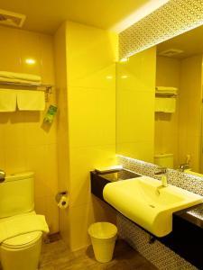 A bathroom at Chiangkhong Teak Garden Riverfront Hotel