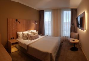 A bed or beds in a room at Hotel Clement