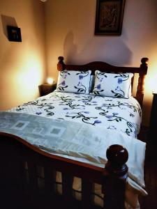 A bed or beds in a room at St Pauls Cottage