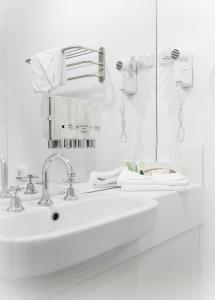 A bathroom at Miami Hotel Melbourne