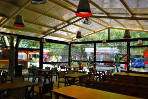 A restaurant or other place to eat at Simge Pension