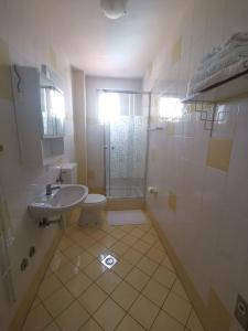 A bathroom at Apartments Cimbal