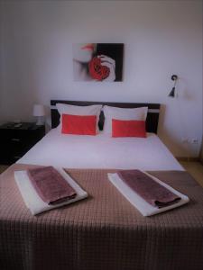 A bed or beds in a room at Alojamento Rural de Colmeais