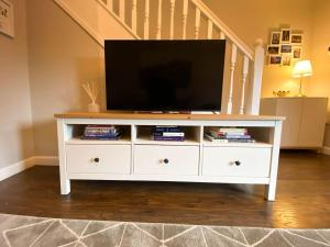 A television and/or entertainment center at Modern Luxury 2bed Scottish Home