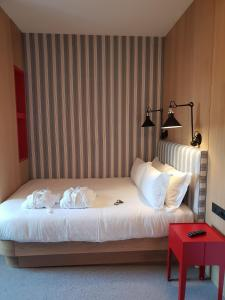 A bed or beds in a room at Le Grand Hôtel des Bains