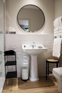A bathroom at Les Manoirs des Portes de Deauville