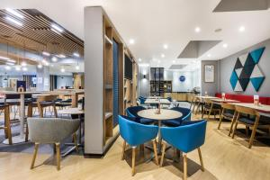 A restaurant or other place to eat at Holiday Inn Express London - Watford Junction